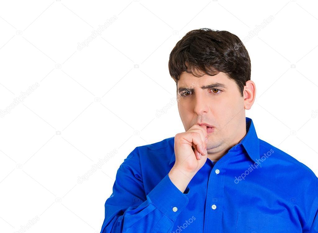 Мужчина сосет палец