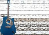 織り目加工の木製の壁でアコースティック ギター — ストック写真