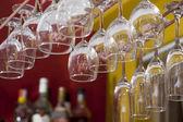 Hängd glasen i baren — Stockfoto