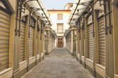 Shopping arcade early morning in Lucca, Tuscany — Stock Photo