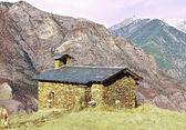 Kleine kirche hoch oben in den bergen — Stockfoto