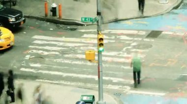 Timelapse of city traffic and pedestrians — Vídeo de stock
