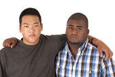 афро-американский азиатских братьев с оружием вокруг друг друга — Стоковое фото