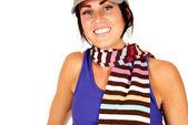Linda mujer morena con rayas bufanda alrededor del cuello — Foto de Stock