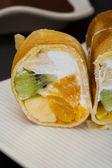 Rolo de sushi doce na chapa branca — Fotografia Stock