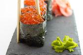 Gunkan sushi maki aislado sobre fondo blanco — Foto de Stock