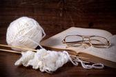 белая шерсть с книгой и очки — Стоковое фото