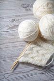 бал пряжа и вязание на деревянном столе — Стоковое фото