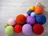 красочные шарики пряжи на деревянном столе — Стоковое фото