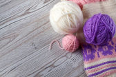 Ball of yarn and knitting on a wooden table — Foto Stock