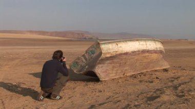 Photographer taking photo of the desert Paracas, South America — Stock Video
