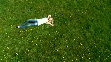 Woman laying on green grass — Stock Video