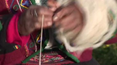 Woman spins yarn — Stock Video