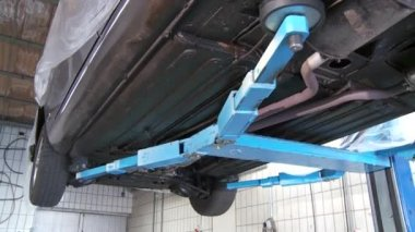 Car undercarriage on lift — Stok video