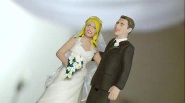 Small bridal couple figurine — Stock Video