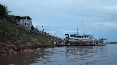 People travel on the Amazon river — Stock Video
