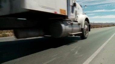 Lkw in der wüste — Stockvideo
