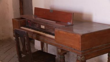 Vintage piano in Santa Catalina monastery room — Stock Video