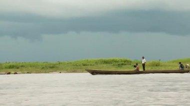 Men travel in a boat — Video Stock