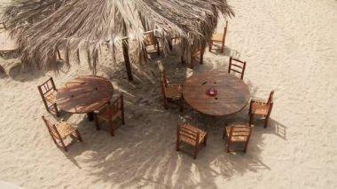 Tavolo e sedie sulla spiaggia — Video Stock