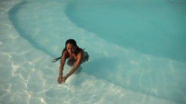 Kadın yüzme havuzunda — Stok video