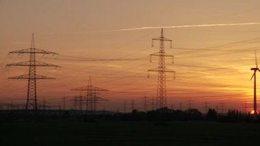 Elstolpar i röda solnedgången — Stockvideo