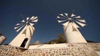 ветряные мельницы — Стоковое видео