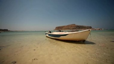 Beach of Balos in Crete with boat — Stock Video