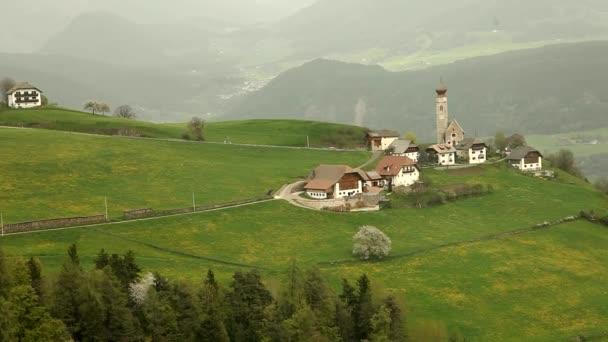 Pueblo de montaña en Italia — Vídeo de stock