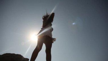 Latin kvinna med solglasögon på rock — Stockvideo