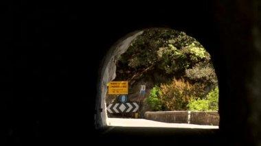 汽车在一条隧道 — 图库视频影像