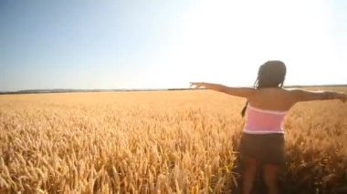 Happy woman in Grainfield — Vídeo Stock