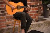 Suonare la chitarra musicista di strada — Foto Stock