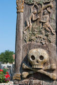 Skull on wooden pole — Stock Photo