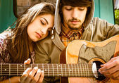 Romantic young Couple playing Guitar outdoor after the Rain — Foto de Stock