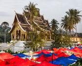 Nachtmarkt unter Wat Xieng Thong, Luang prabang — Stockfoto