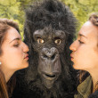 Two Girls kissing an astonished Gorilla — Stock Photo