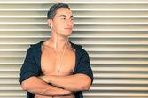 Portrait de jeune homme avec écouteurs — Photo