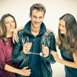 l'amour moderne trio - deux femmes avec homme menotté — Photo #39078207