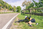 Bicycle accident on the road - Biker in troubles — Stock Photo