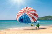 Parasailing at Patong Beach in Phuket - Thailand extreme Sports — Stock Photo