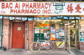 NEW YORK - NOVEMBER 21, 2013: chinese farmacy in the heart of Chinatown. Located in Manhattan, Chinatown is home to the largest enclave of Chinese people in the Western Hemisphere. — Stock Photo