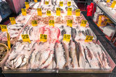 NEW YORK - NOVEMBER 21, 2013: fish market in the heart of Chinatown. Located in Manhattan, Chinatown is home to the largest enclave of Chinese people in the Western Hemisphere. — Stock Photo