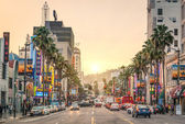 Los angeles - 18 december 2013: weergave van hollywood boulevard bij zonsondergang. in 1958, werd de hollywood wandeling van roem op deze straat gemaakt als een eerbetoon aan kunstenaars werken in de entertainmentindustrie. — Stockfoto