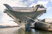 "New york city - 23 november 2013: marine schip uss intrepid, ook bekend als de gevechten ""i"". ontmanteld in 1974, werd de stichting van de intrepid zee, lucht & ruimte museum in 1982 in intrepid. — Stockfoto"