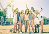 Grupo de amigos felizes multirraciais tomando selfie a roda gigante - conceito internacional da felicidade e multi amizade étnica todos juntos contra o racismo para a paz e diversão - olhar filtrada vintage — Foto Stock