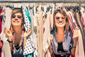 Young beautiful women at the weekly cloth market - Best friends sharing free time having fun and shopping in the old town in a sunny day - Girlfriends enjoying everyday life moments — Foto Stock