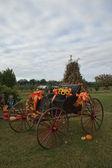 Осенние Цветочная композиция подсолнечника на античный багги сиденье — Стоковое фото