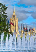 """View of the fountain of the Congress Centre, the hotel """"Ukraine"""" — 图库照片"""