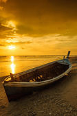 Silhouette boat at beach and sunset — Stock Photo